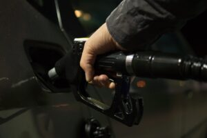 combustible 300x200 - Malos hábitos al conducir que dañan el vehículo