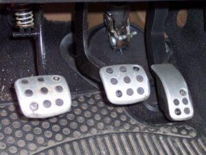 embrague 300x226 - Malos hábitos al conducir que dañan el vehículo