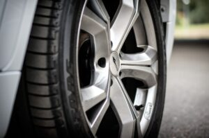 frenar 300x199 - Malos hábitos al conducir que dañan el vehículo