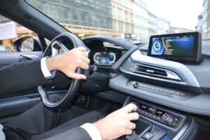 palanca de cambios 300x200 - Malos hábitos al conducir que dañan el vehículo