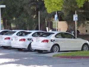 carros de renting estacionados 300x225 - Mejore su imagen corporativa con el Renting